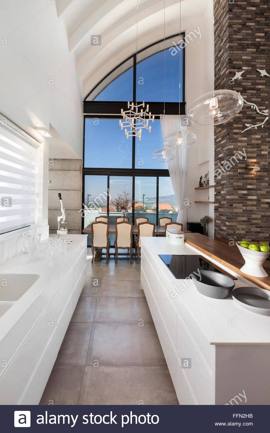 Moderne Villa in Gan Ner, Israel. Interior Design. Schmale Küche und ...
