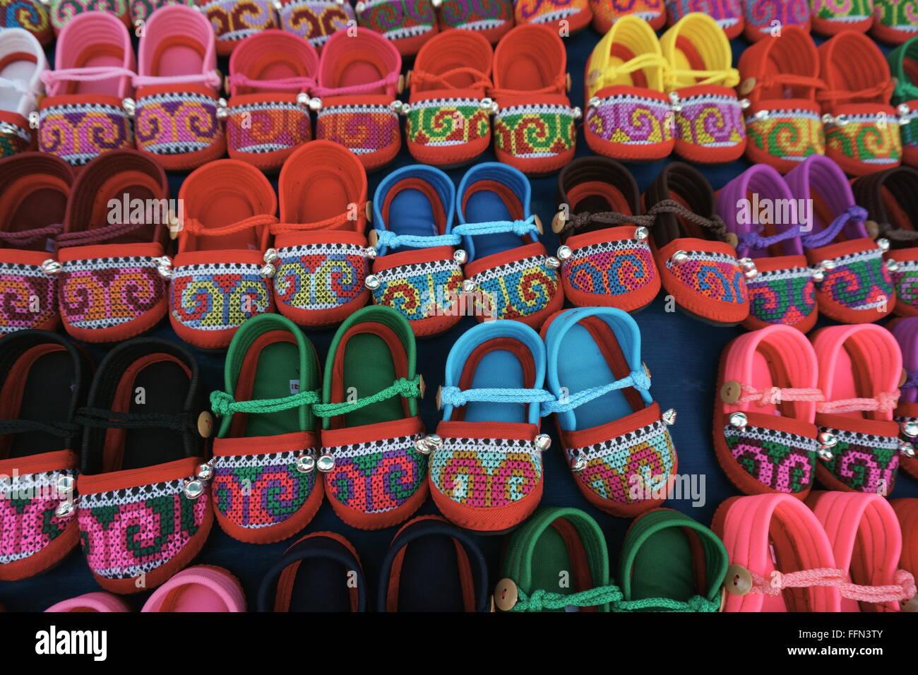 795ac39a71277 bunte Hügel Stamm Stickerei Handwerk - Babyschuhe am Nachtmarkt in  Chiangmai Thailand