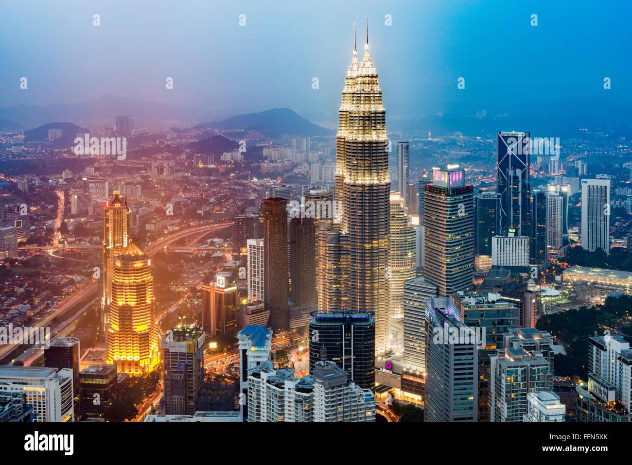 Luftaufnahme der Stadt Kuala Lumpur und die Petronas Towers, Malaysia, Südostasien bei Nacht Stockbild