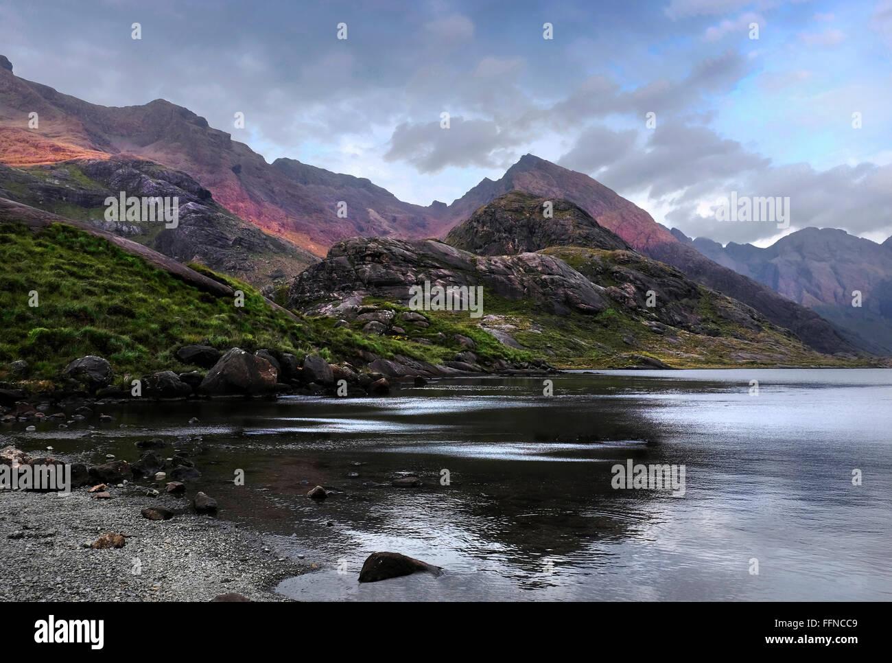 Loch Coruisk und Berg Cullins mit Reflexionen & gezackten skyline Stockbild
