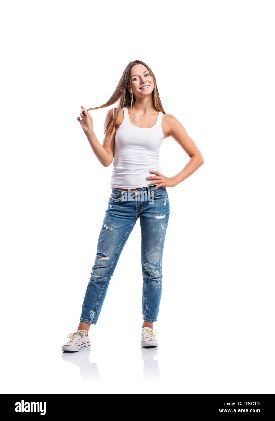 fe16060396b3 Frau in Jeans und weißes Unterhemd wirbelnd Haar, isoliert Stockfoto ...