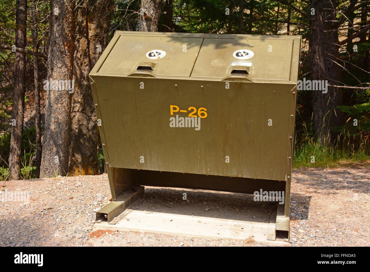 Beweis Müllcontainer zu tragen Stockbild