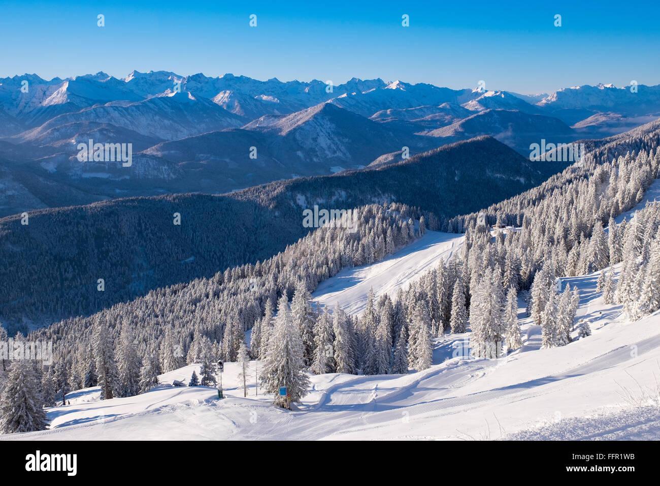 Skigebiet Brauneck, Blick Richtung Lenggries, Isarwinkel, Bayerische Voralpen, Karwendel, Upper Bavaria, Bavaria, Stockbild