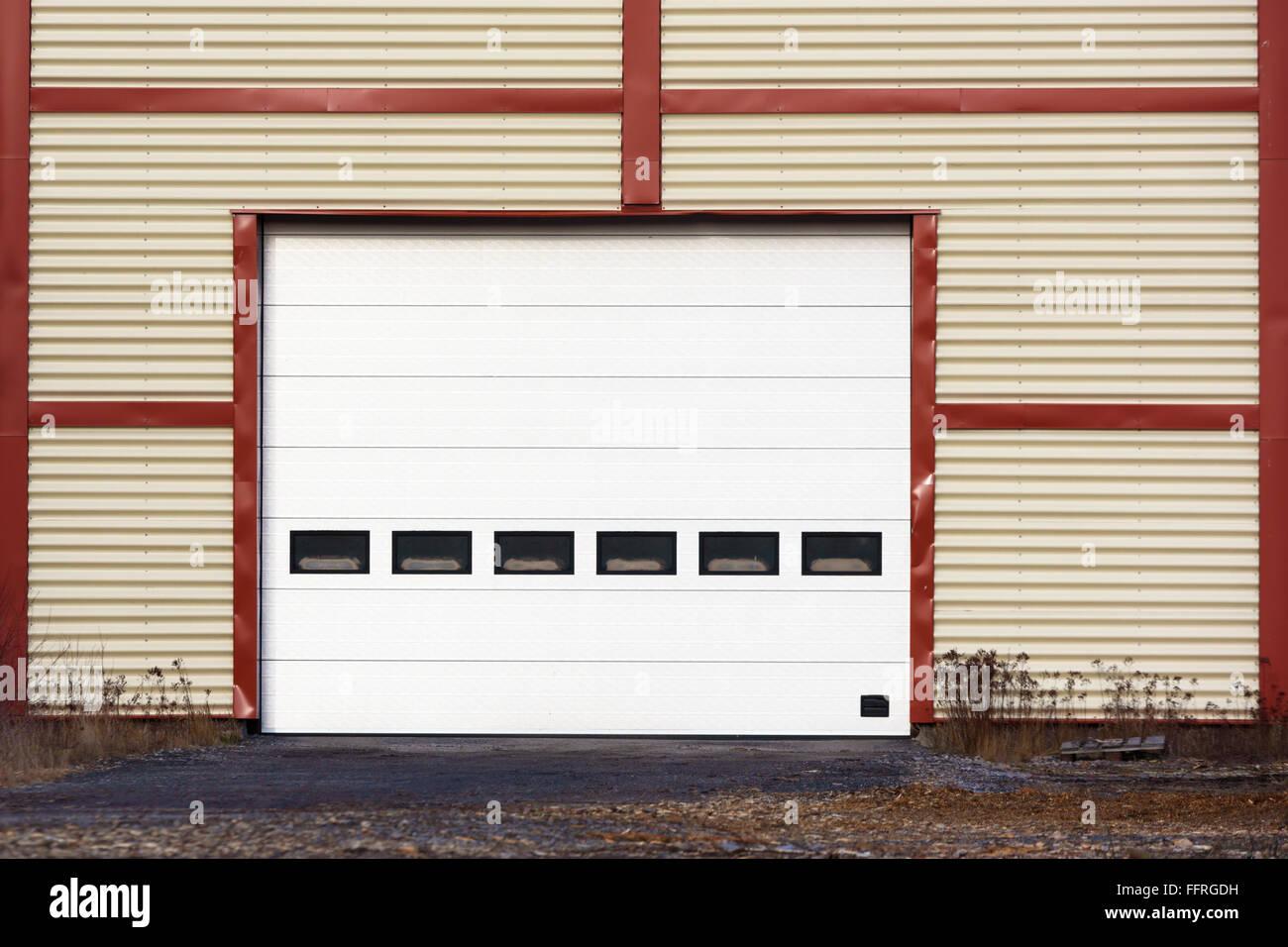 Bemerkenswert Garagentor Größe Galerie Von Große Trielle Auf Einem Roten Und Gelben