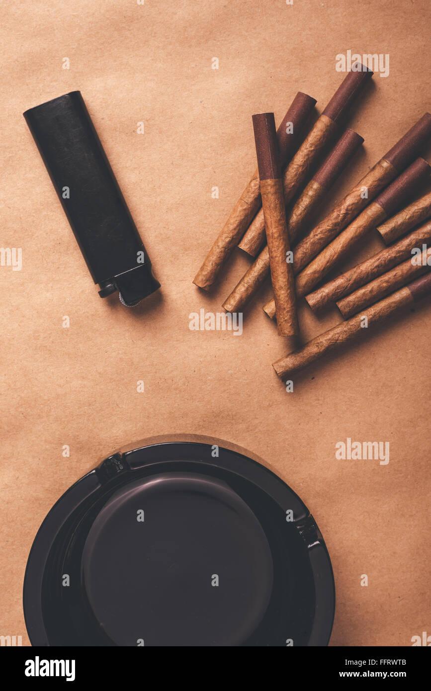 Leidenschaftliche Raucher flach legen Draufsicht Tischgesteck, warme Retro-getönten Bild der Aschenbecher, Stockbild