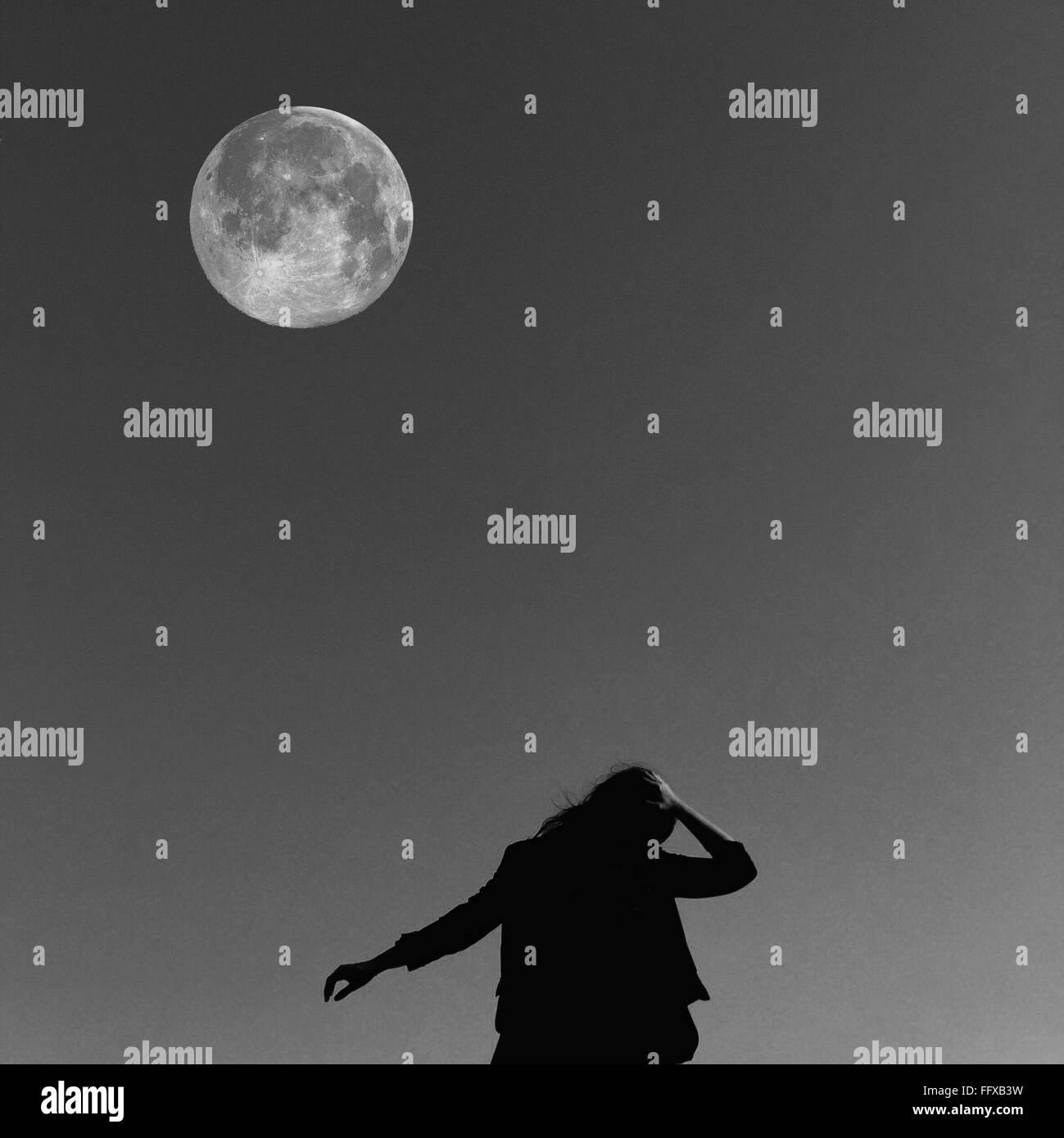 Niedrigen Winkel Ansicht der Frau gegen den Mond Stockbild