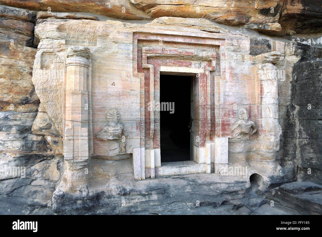Höhle Nr. 4 zeigt Tür Rahmen und Columnad Zahlen Udaygiri Bhopal ...