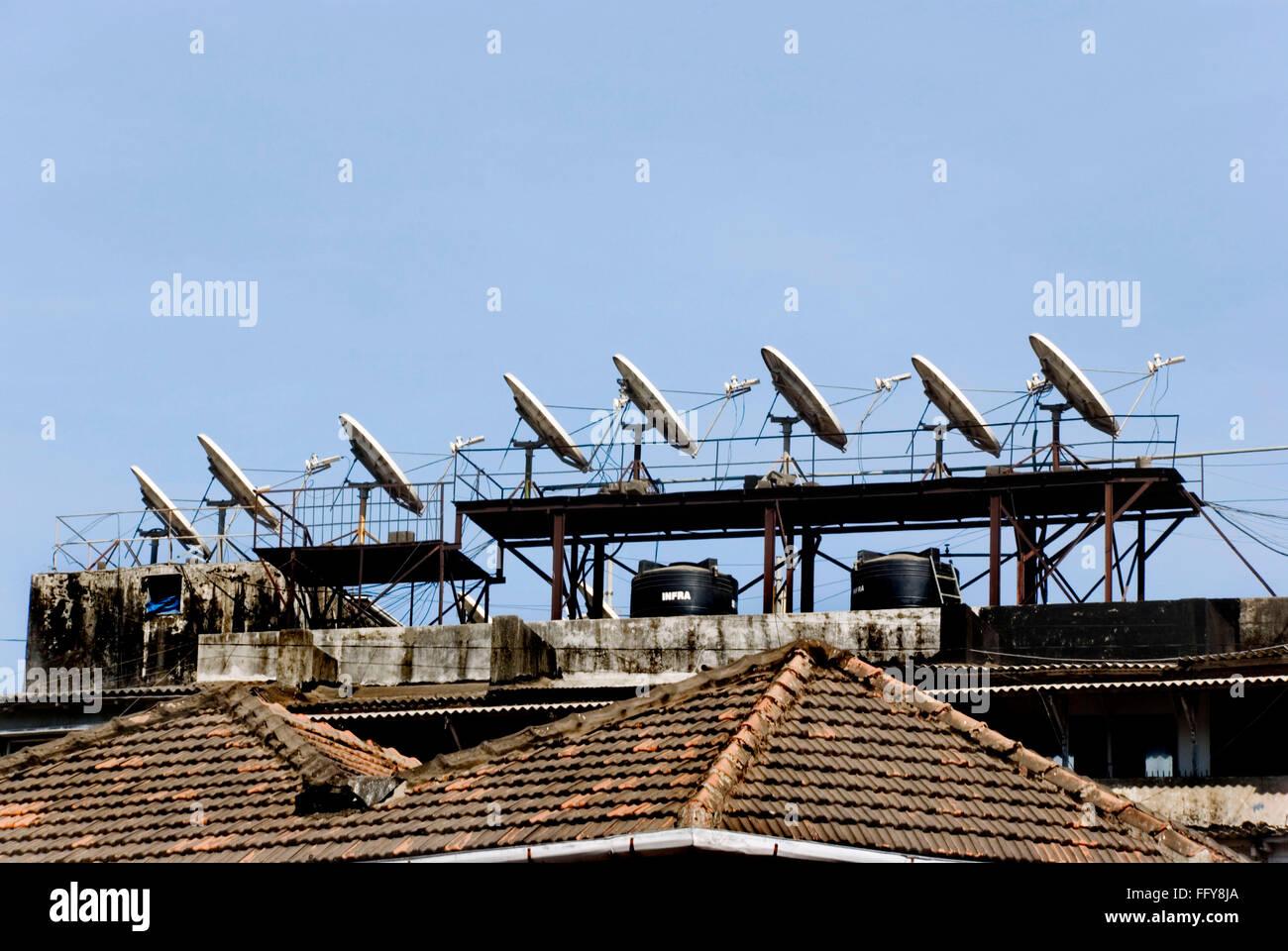 Parabolantennen auf dem Dach für Satelliten-TV bilden Muster mit Licht und Schatten Stockbild