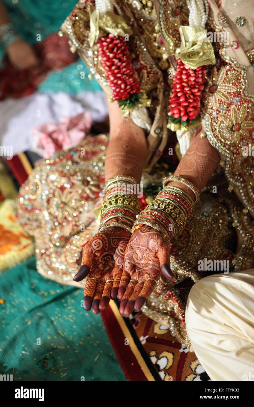 Braut Hand Zeigt Mehndi In Der Hochzeitszeremonie Indien Stockfoto