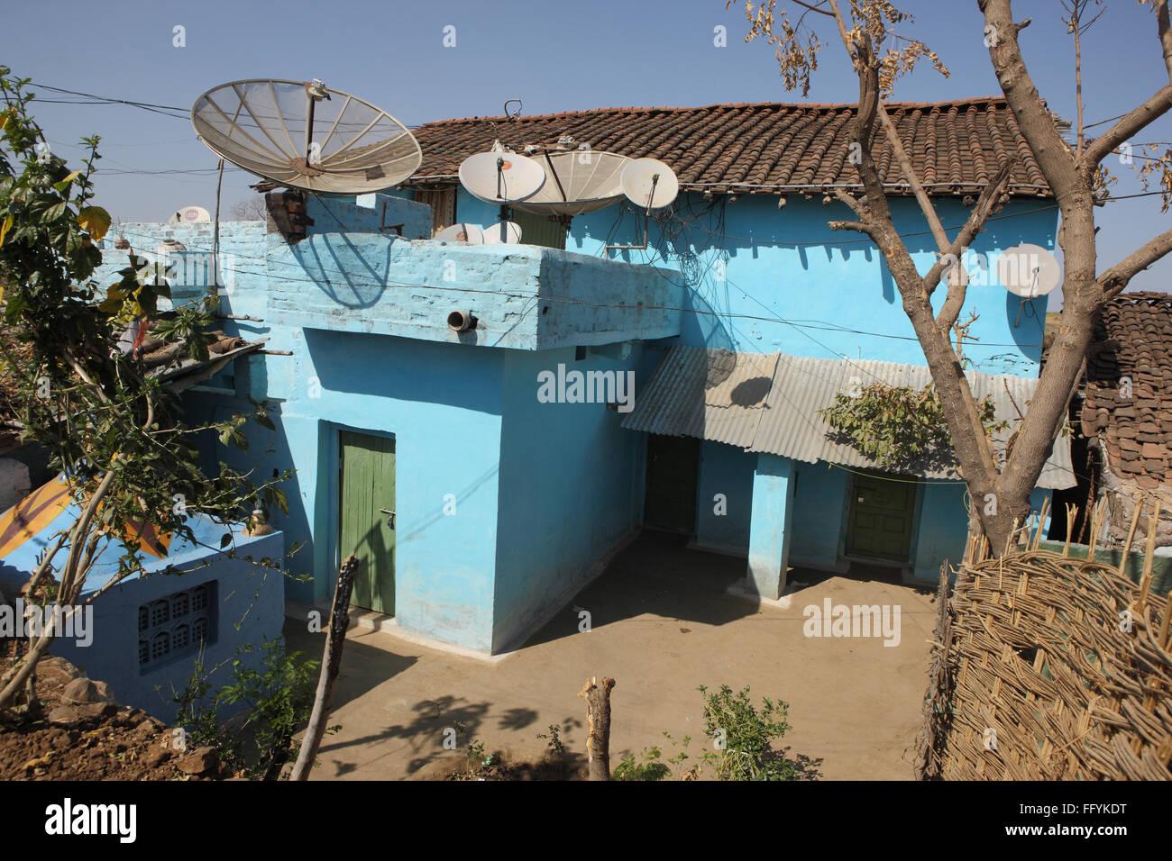Parabolantennen in elektrifizierten Dörfern Mandla Madhya Pradesh, Indien Stockbild