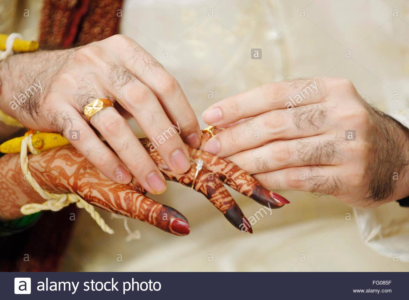 Verlobungsring Zeremonie Marathi Maharashtrian Brautigam Tragen