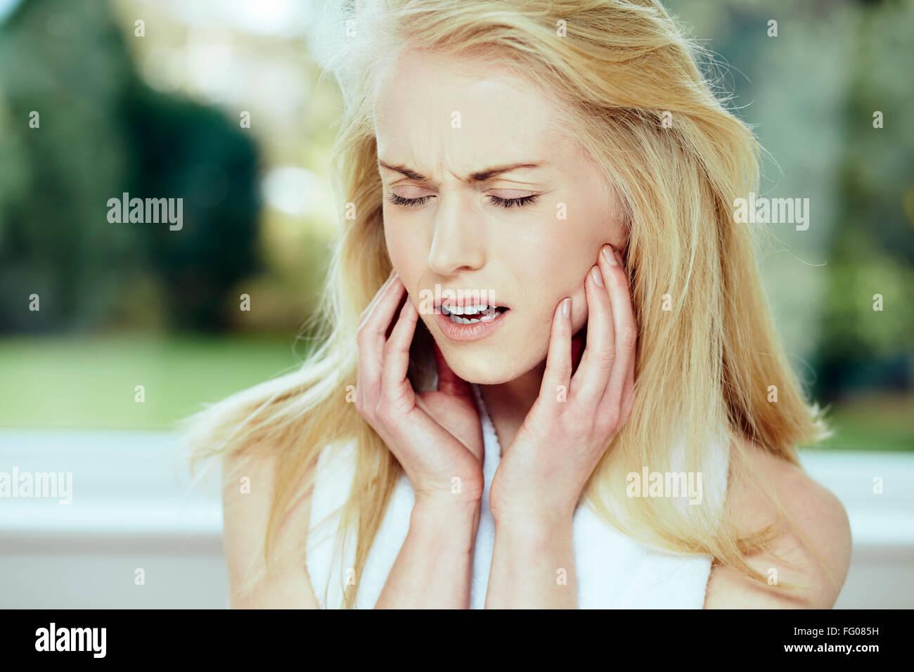 Mädchen mit Zahnschmerzen Stockfoto