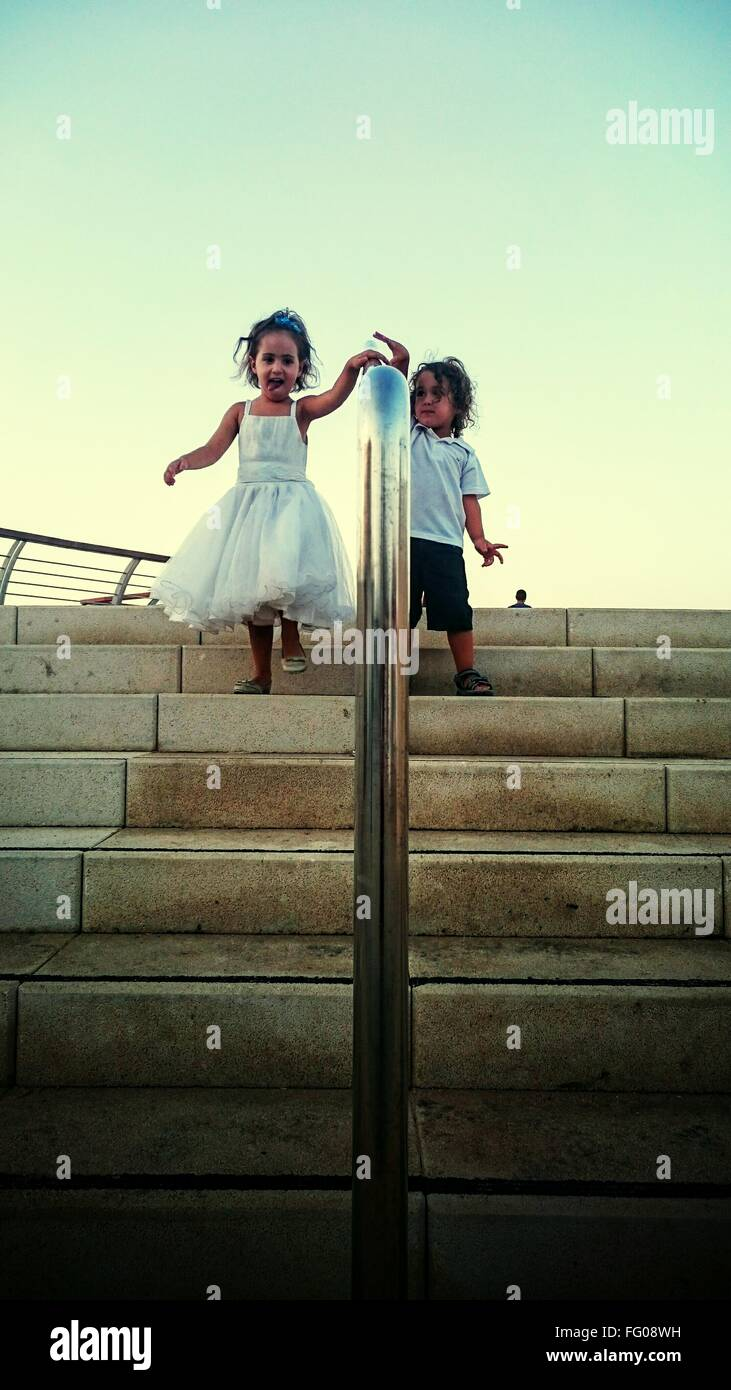 Kinder, die Treppen hinunter Stockbild