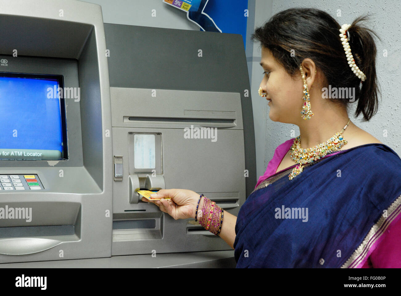 indien ec karte Dame mit EC Karte abheben Geld vom Sparkonto zu verstümmeln
