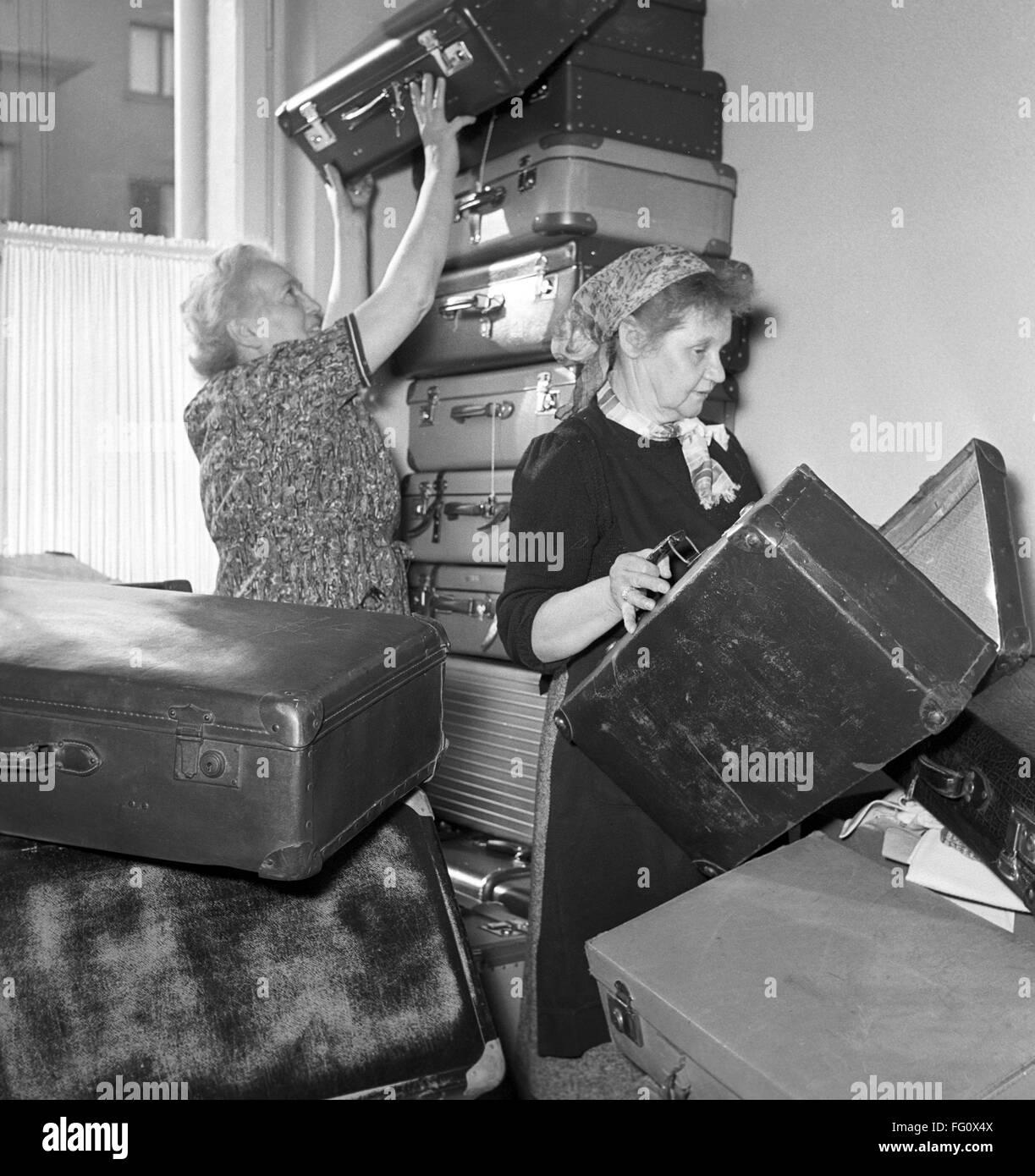 Deutsches Rotes Kreuz Arbeiter in Frankfurt im November 1956 mit gespendeten Koffer für ungarische Flüchtlinge. Stockbild