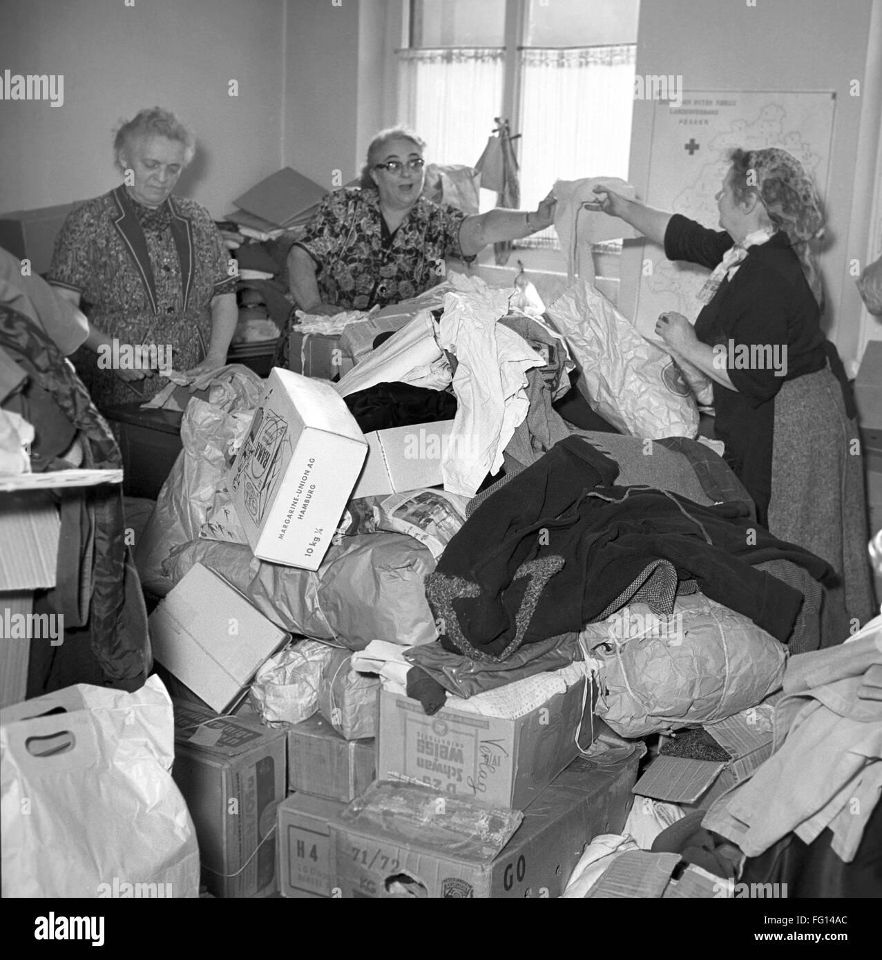Deutsches Rotes Kreuz Arbeiter in Frankfurt im November 1956 mit Spenden für ungarische Flüchtlinge. Aufgrund Stockbild