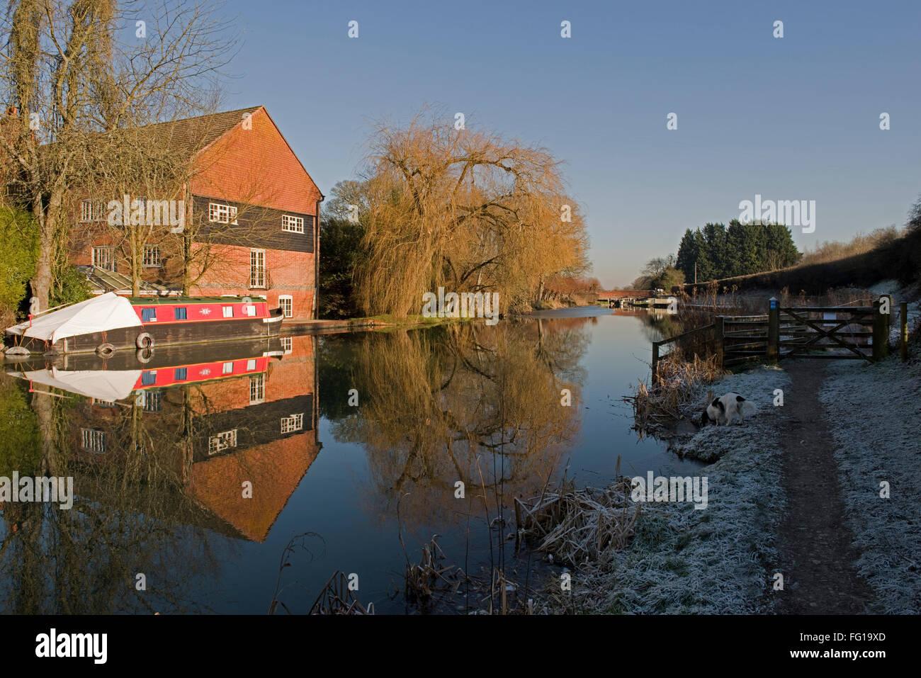 Kennet und Avon Kanal auf Hungerford Common mit Frost, Baum, Mühle und schmalen Boot Reflexionen in das Stille Stockbild