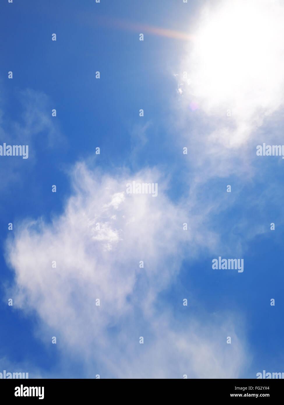 Weiße Wolkenbildung gegen blauen Himmel Stockbild