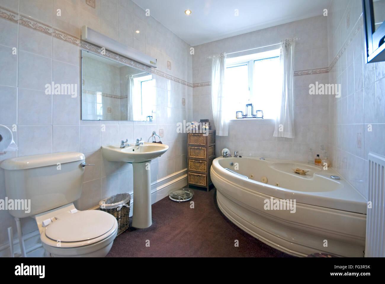 Familie Badezimmer mit weißen Fliesen und Eckbadewanne ...