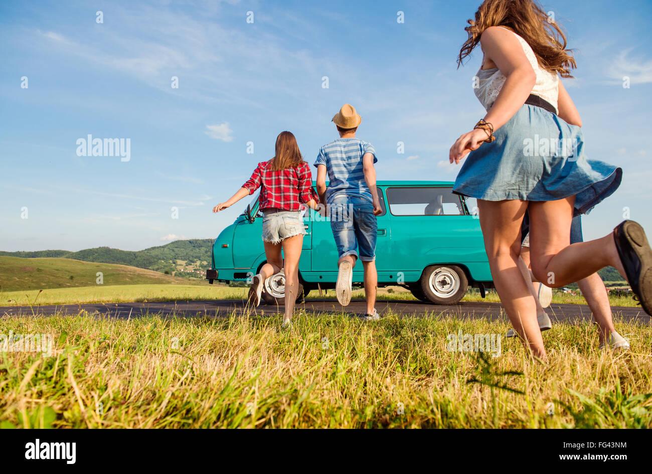 Verliebte Paare, außerhalb laufen, gegen blauen Himmel Stockbild