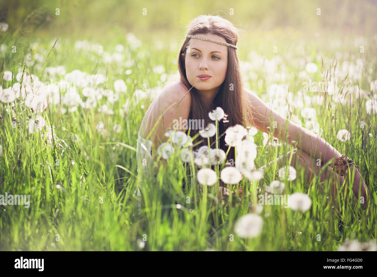 Schöne Frau mit unbeschwerten Ausdruck. Natur-Harmonie Stockbild