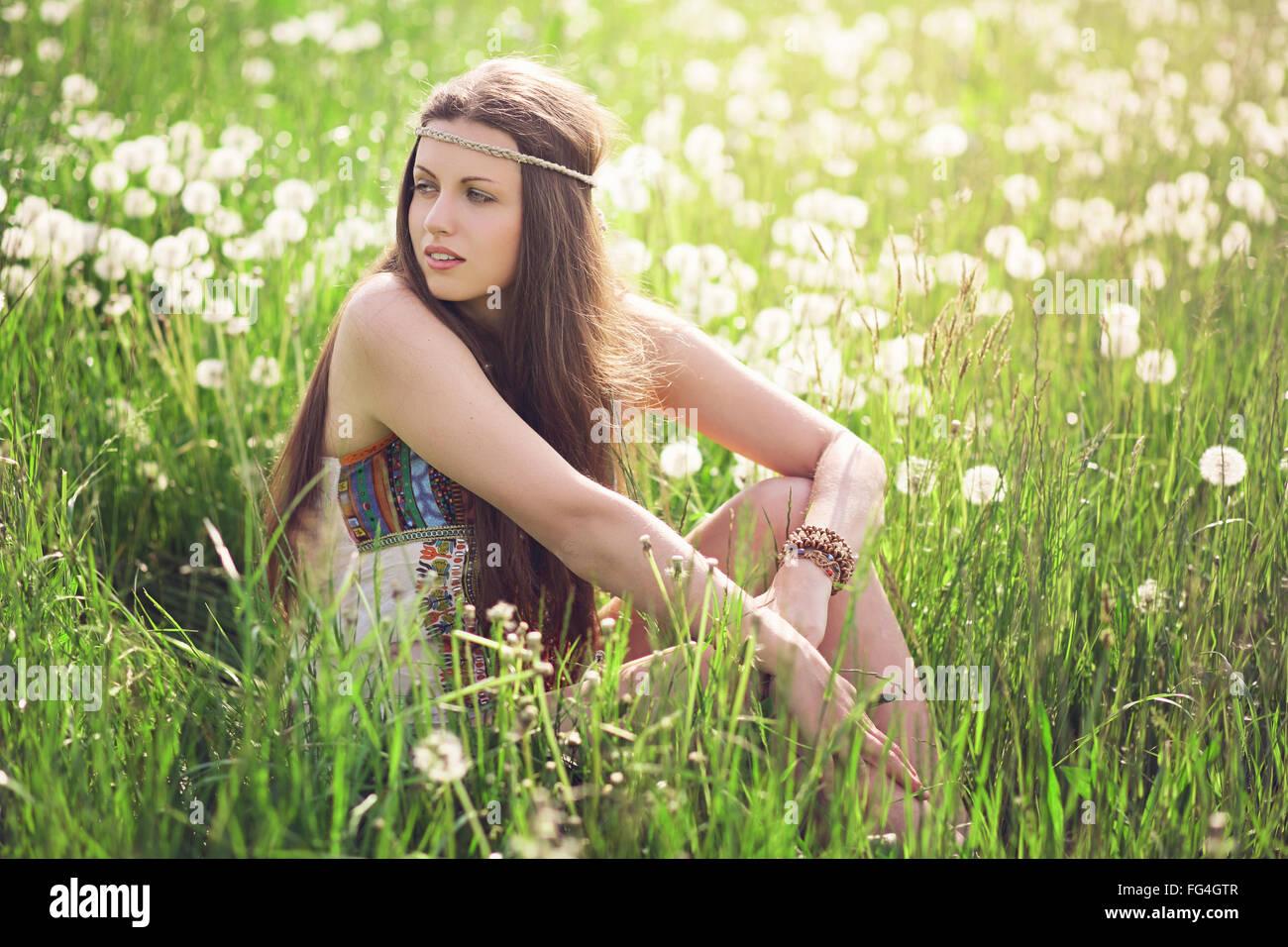 Schöne Frau auf einer blühenden Wiese. Harmonie von Natur und Freiheit Stockbild