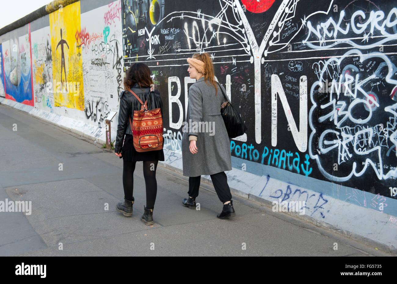 Touristen zu Fuß vor der Berliner Mauer an der East Side Gallery, Deutschland Stockbild