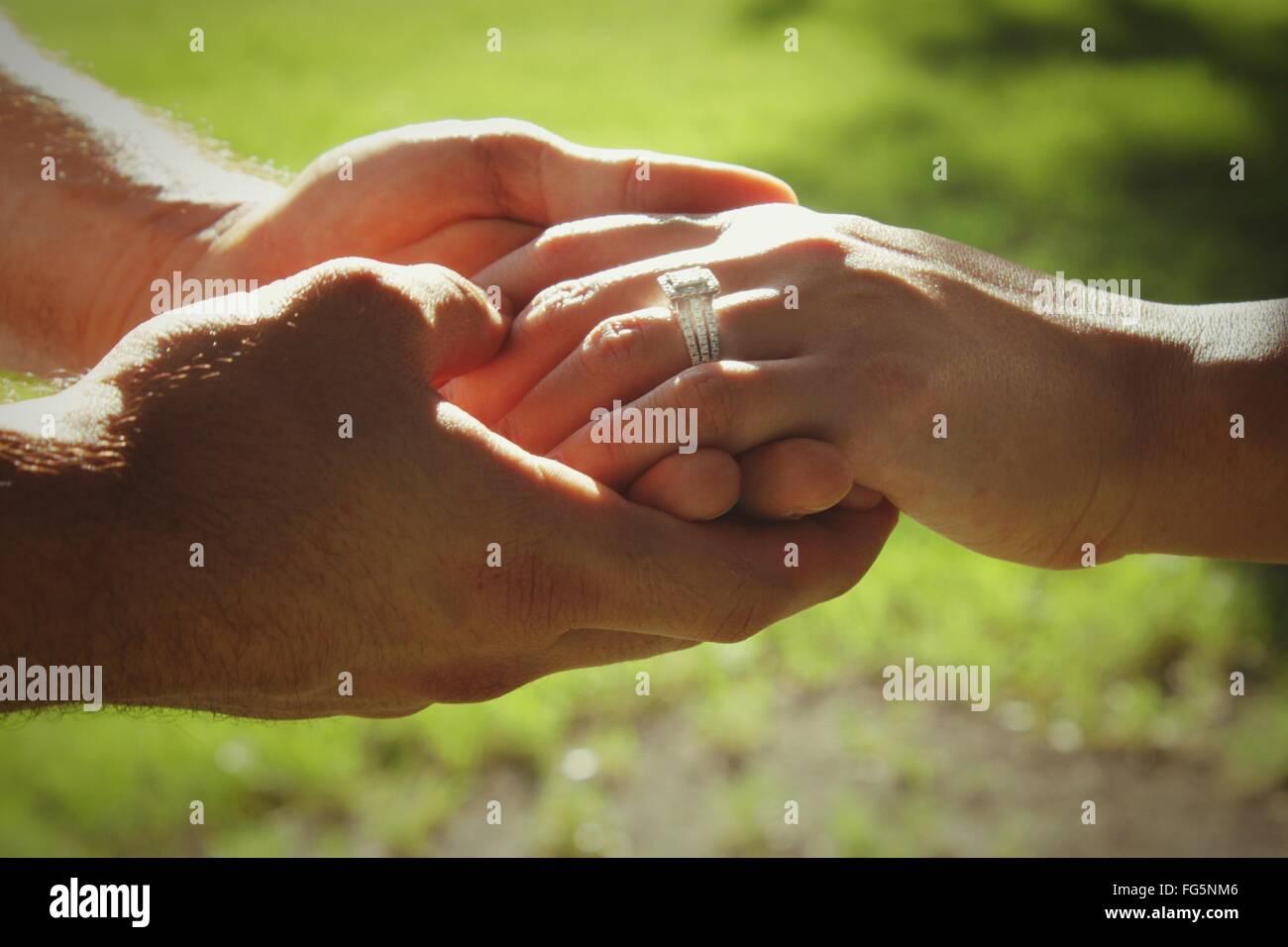 Bild von paar Hand in Hand abgeschnitten Stockfoto