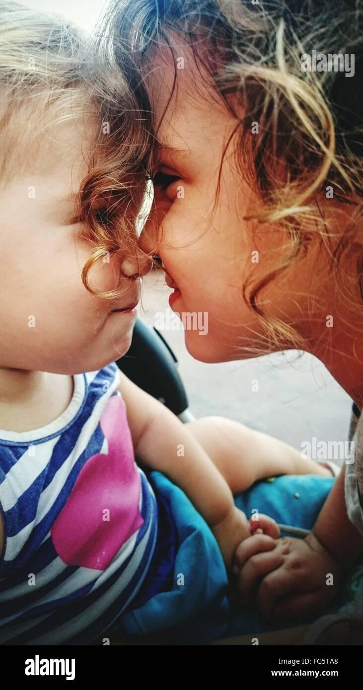 Nahaufnahme eines jungen Schwester umarmt Stockfoto