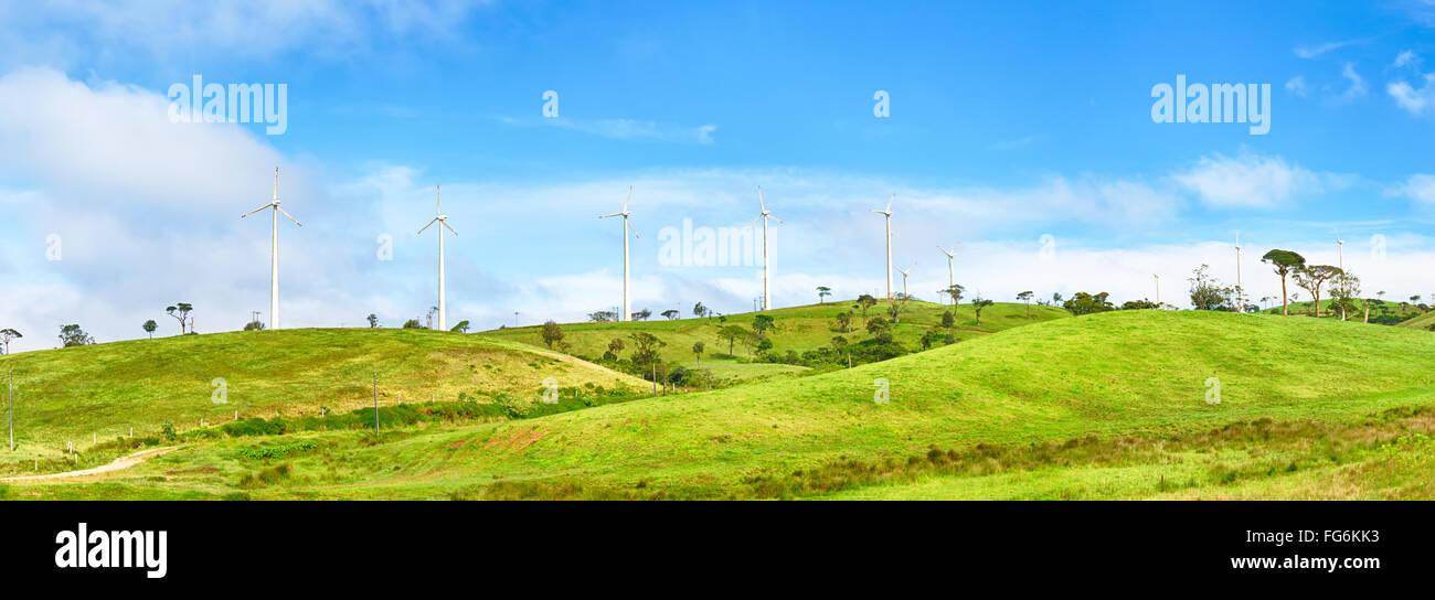 Horizontale Achse Windkraftanlagen in der Nähe von Nuwara Eliya. Sri Lankda. Panorama Stockbild