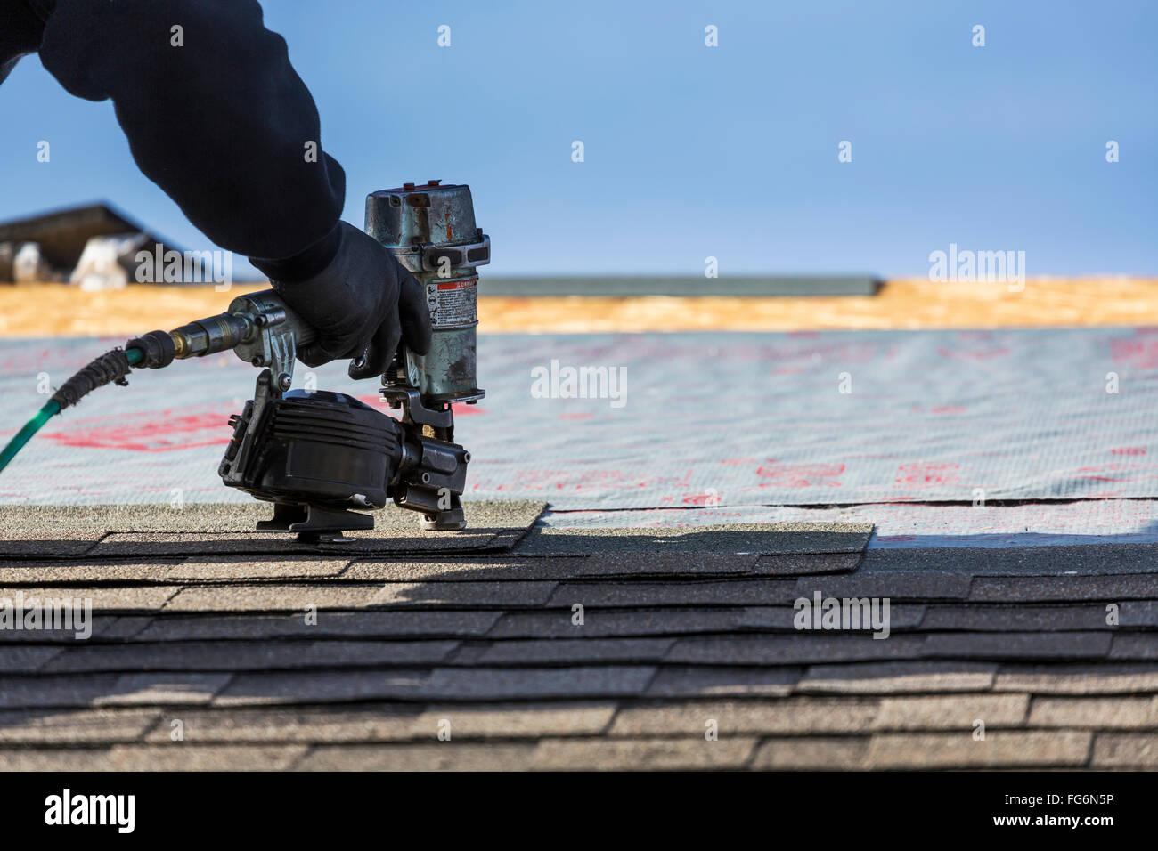 Dachdecker Kanada nahaufnahme luft nagler mit männlichen dachdecker nagelung