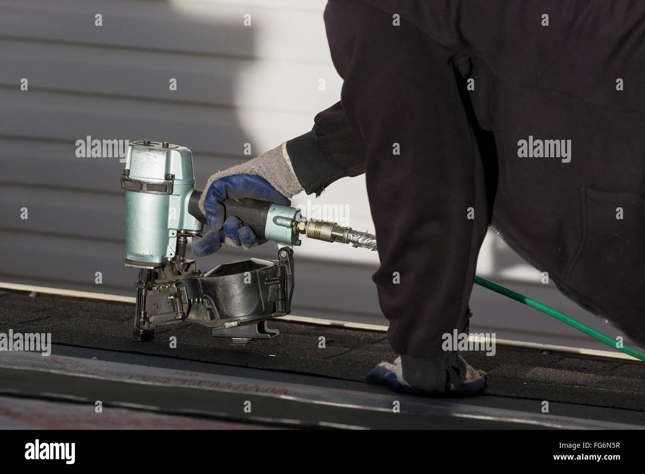 Dachdecker Kanada nahaufnahme luft nagler mit männlichen dachdecker nagelung neue