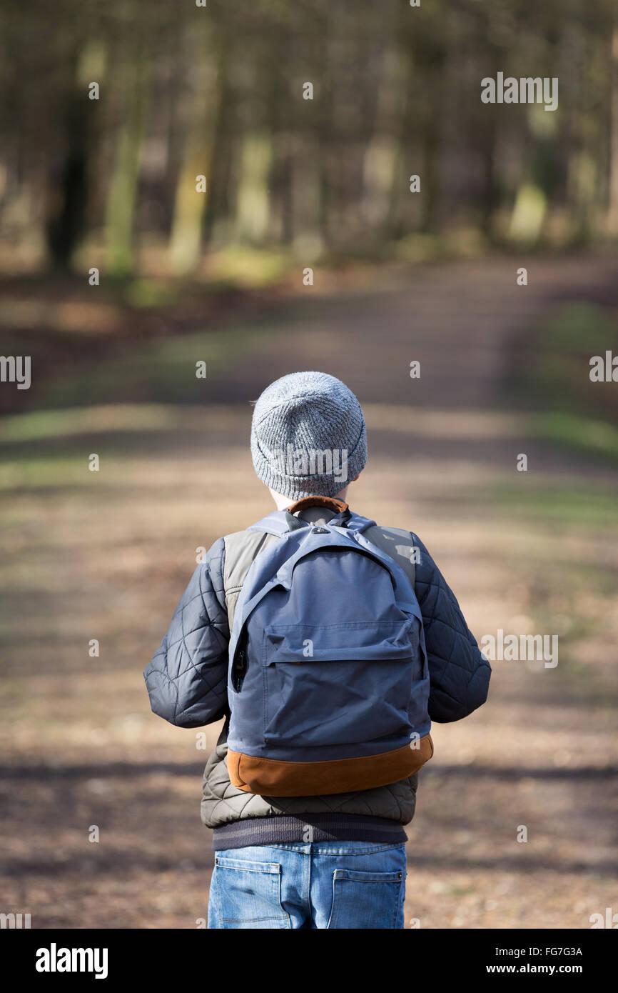 Ein Junge mit einem Rucksack, Wandern in den Wäldern Stockbild