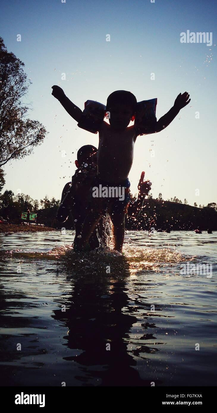 Vater und Sohn im Fluss im Sommer genießen Stockbild