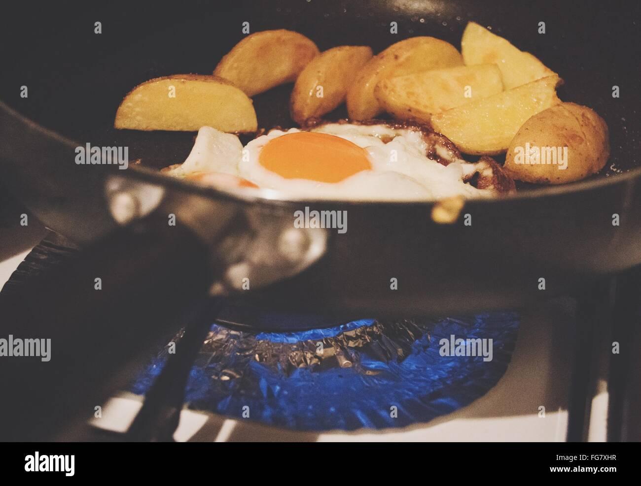 Gasbrenner Küche | Kartoffeln Und Spiegelei In Der Pfanne Auf Gasbrenner Kuche
