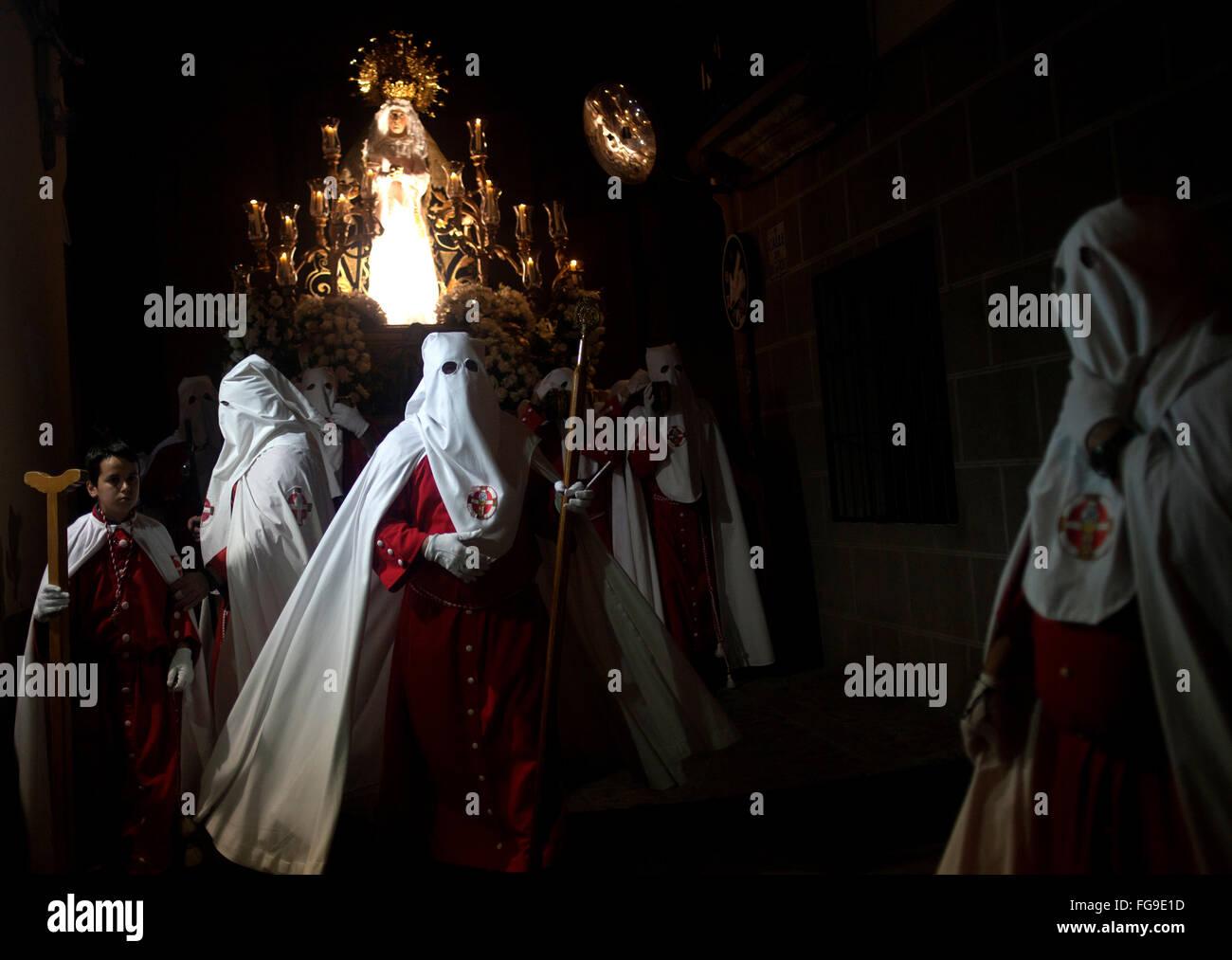 Mit Kapuze Büßer begleiten das Bild von der Jungfrau der Einsamkeit (Virgen De La Soledad) während einer Karwoche Stockfoto