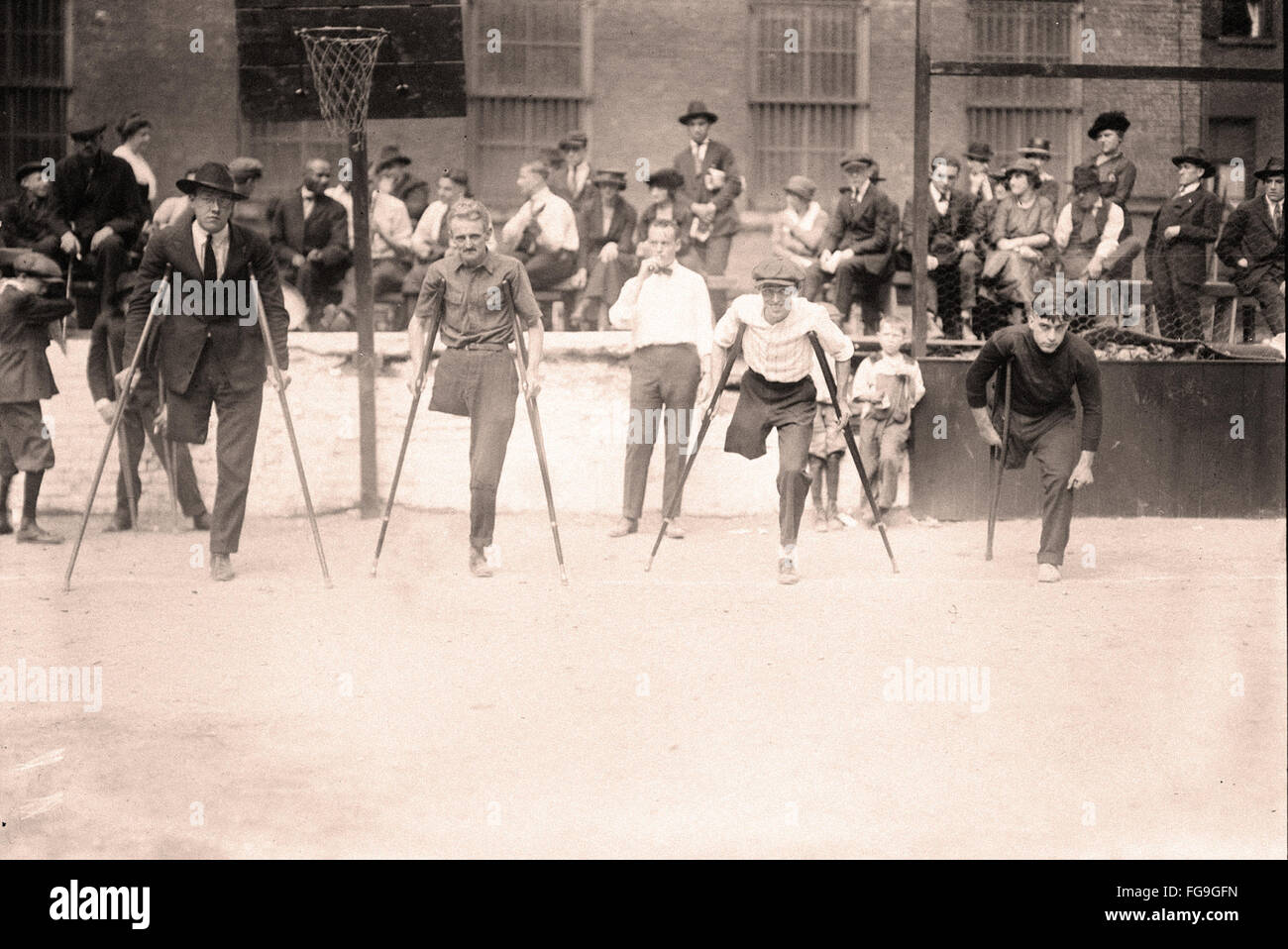 Behinderten Veteranen in einem vierbeinigen Rasse - New York City - 1919 Stockbild
