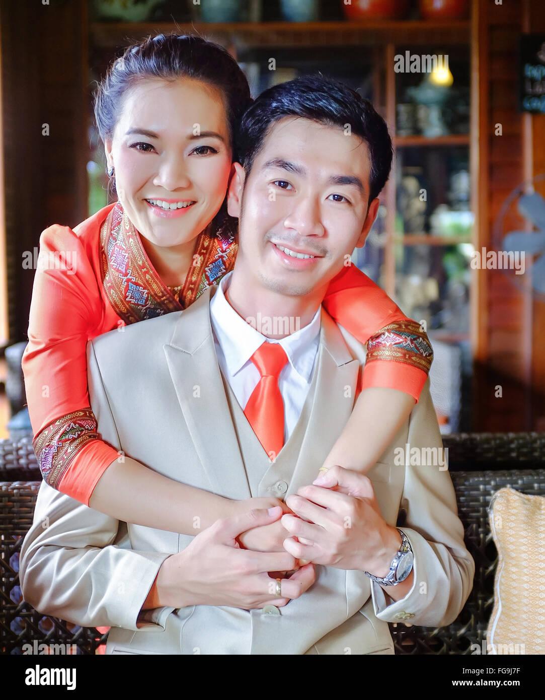 Porträt des glücklichen Paares umarmen zu Hause Stockbild