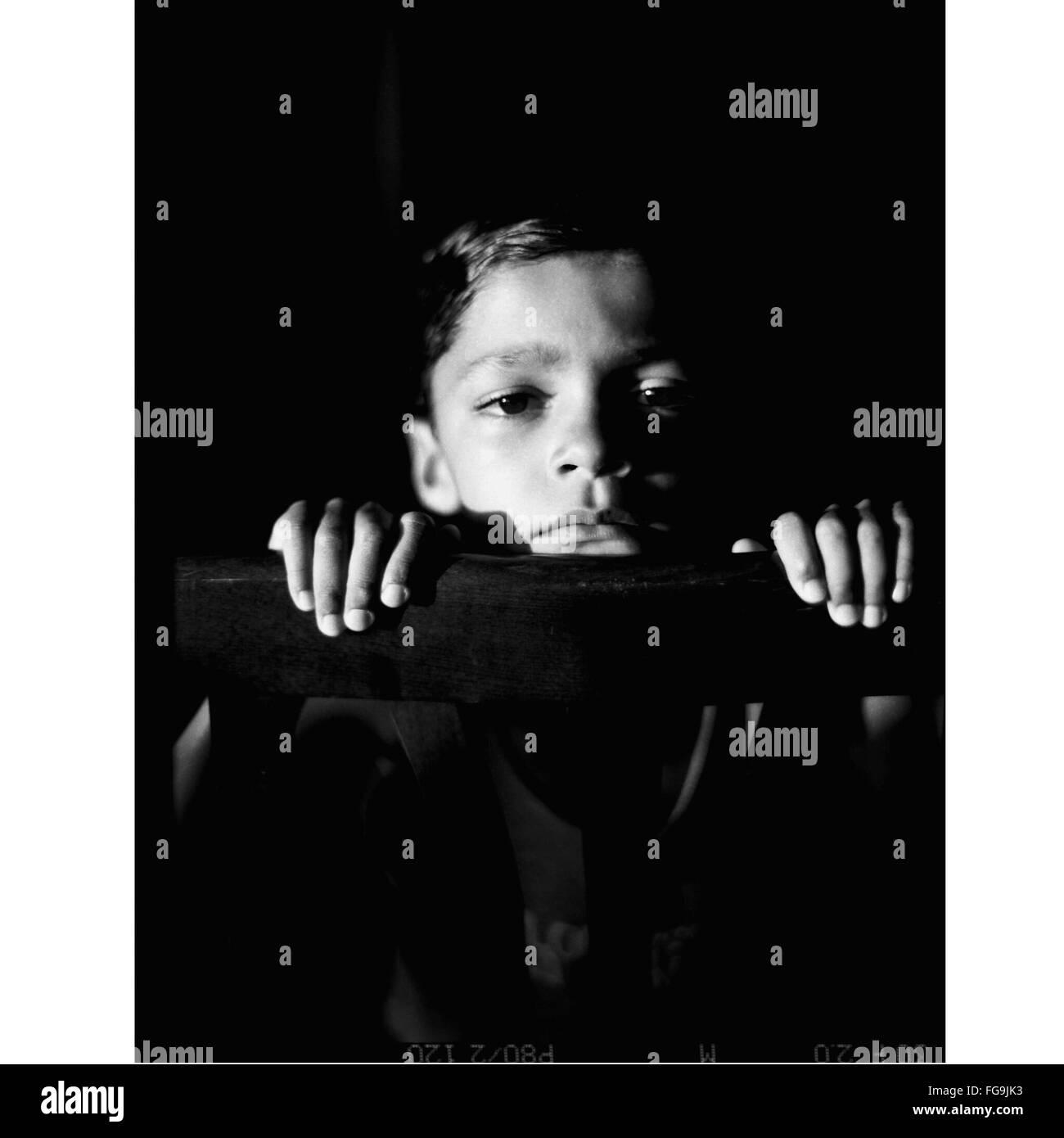 Porträt eines jungen sitzen durch Geländer Stockbild