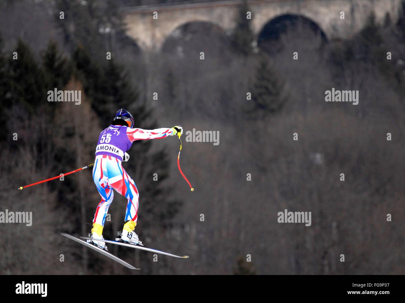 Mens Downhill Ski Racer in der Luft Stockbild