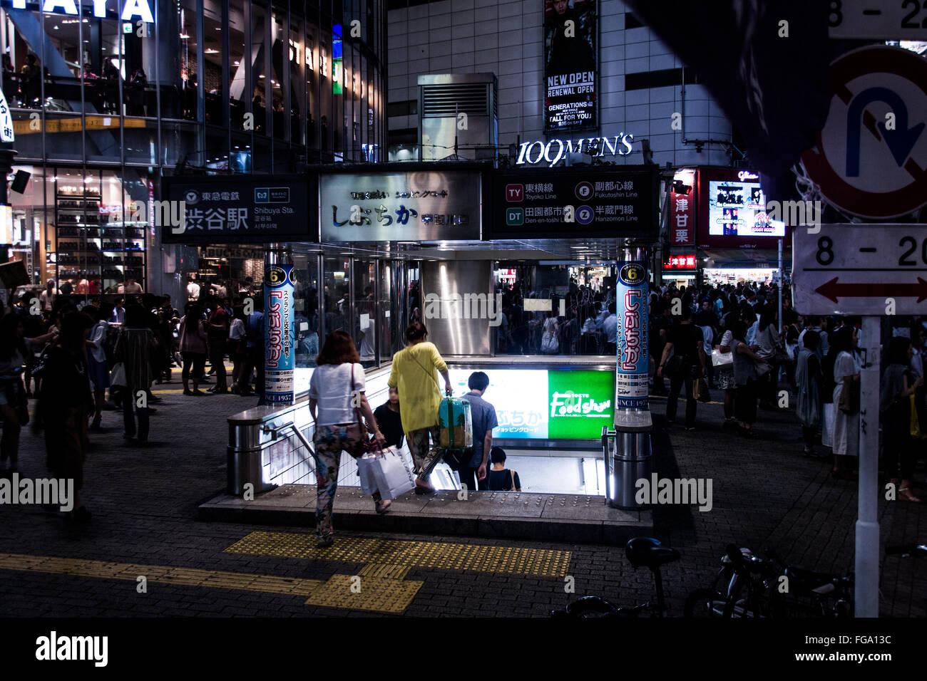 Menschen auf der Straße bei Nacht Stockbild