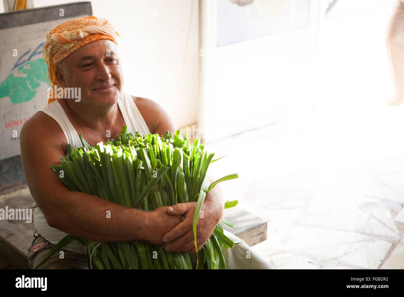 Ein Bauer Hält Einige Lauch Im Großhandel Shop Türkei Stockfoto
