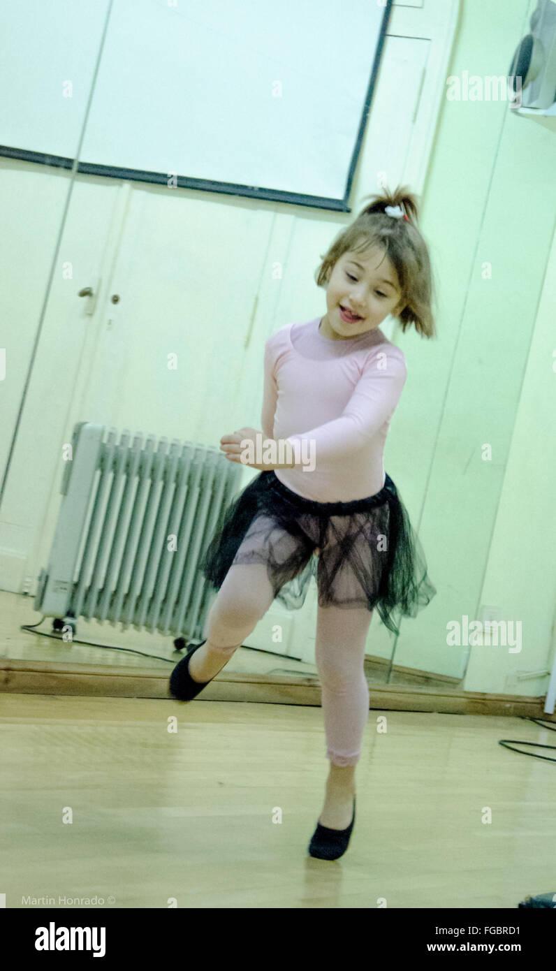 Süße Ballett-Tänzerin im Tanzstudio Stockbild