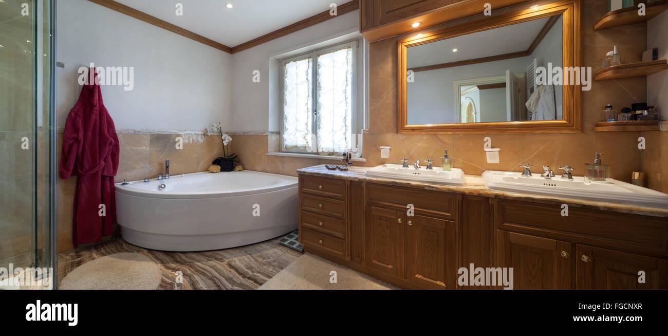 Architektur, klassisches Design-Badezimmer mit Badewanne und Marmor ...
