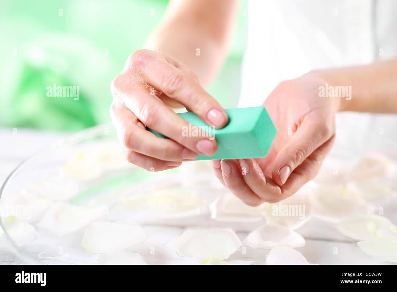 Frau, Polieren der Nägel. Nagellack. Maniküre, natürliche Maniküre ...