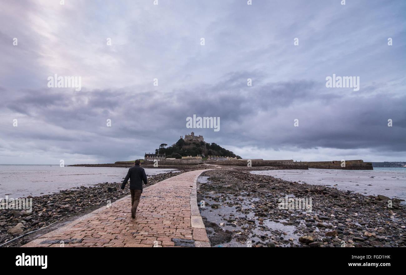 Marazion, Cornwall, UK. 19. Februar 2016. Großbritannien Wetter. Trübe Ende Semesterhälfte Woche bei St Michaels Mount. Bildnachweis: Simon Maycock/Alamy Live-Nachrichten Stockfoto