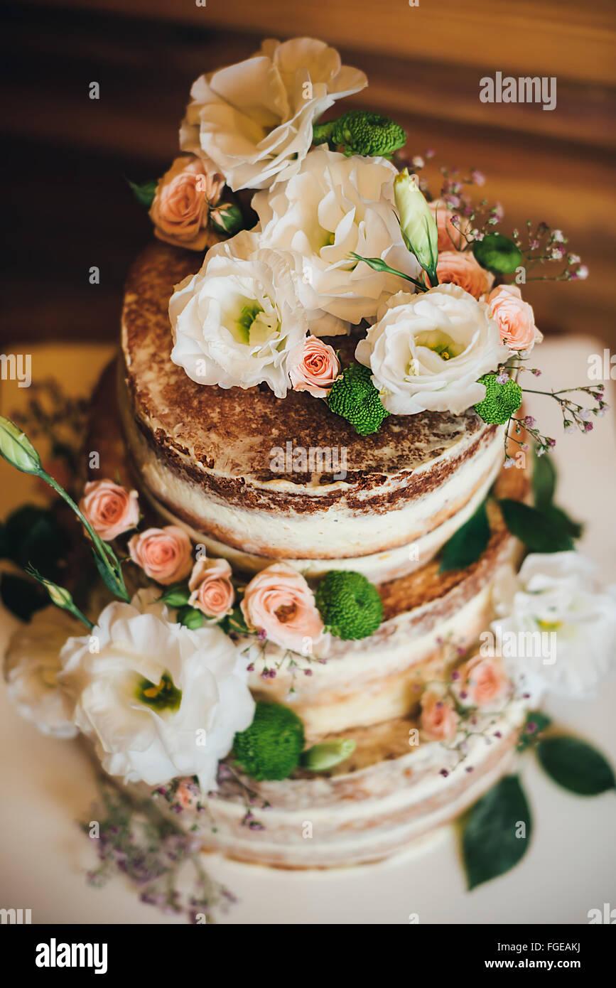 Hochzeitstorte mit Rosen Schlagsahne Stockbild