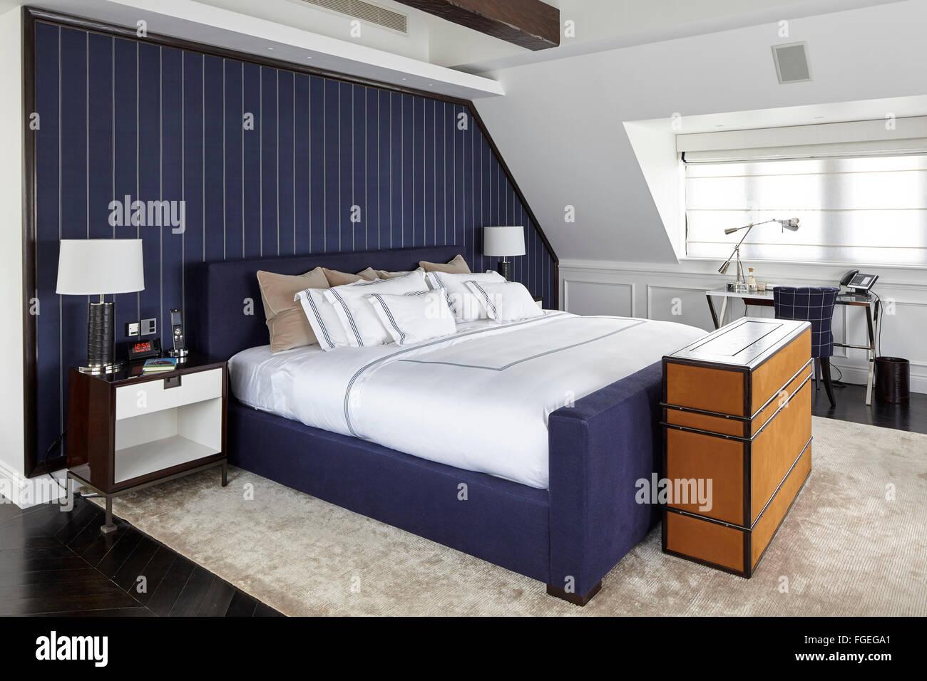 master schlafzimmer mit dunkel blauen nadelstreifen stoff wandbelag mit tv schrank am ende des. Black Bedroom Furniture Sets. Home Design Ideas