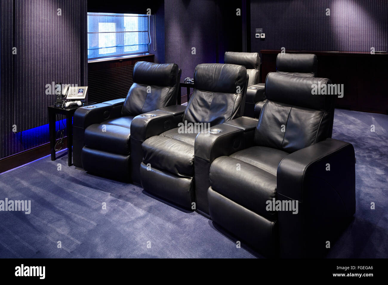 Luxus Heimkino mit Leder gepolsterte Sitzgelegenheiten. Tudor Hall ...