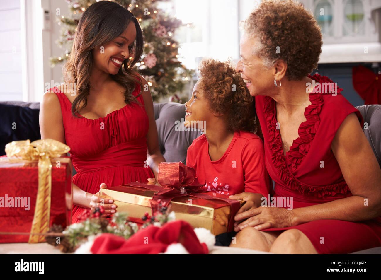 Mädchen mit Großmutter und Mutter Eröffnung Weihnachtsgeschenke ...